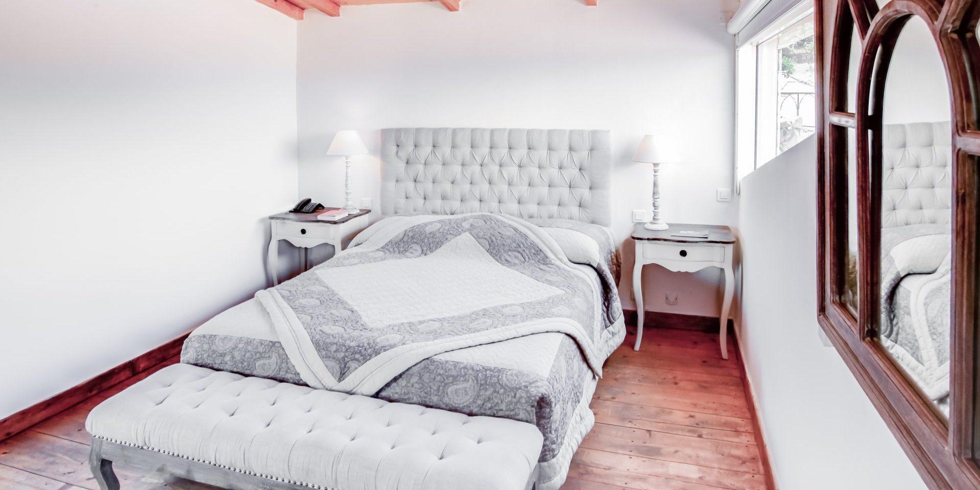Hotel Le Roc E Fiori Porto-Vecchio Bocca del'Oro Corsica Frankrijk slaapkamer hout wit sprei quilt