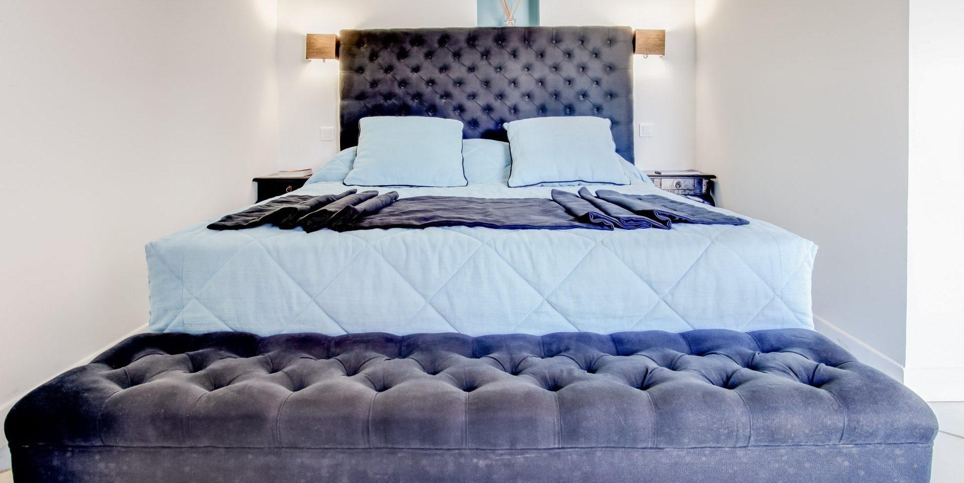 Hotel Le Roc E Fiori Porto-Vecchio Bocca del'Oro Corsica Frankrijk slaapkamer tweepersoonsbed sofa-op-wieltjes paars