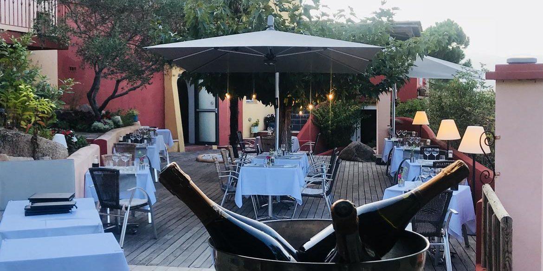 Hotel Le Roc E Fiori Porto-Vecchio Bocca del'Oro Corsica Frankrijk terras tafels diner avond parasols