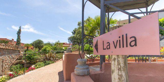 Hotel Le Roc E Fiori Porto-Vecchio Bocca del'Oro Corsica Frankrijk terrein park tuin wegwijzer