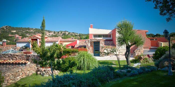 Hotel Le Roc E Fiori Porto-Vecchio Bocca del'Oro Corsica Frankrijk tuin park gebouwen kleurrijk