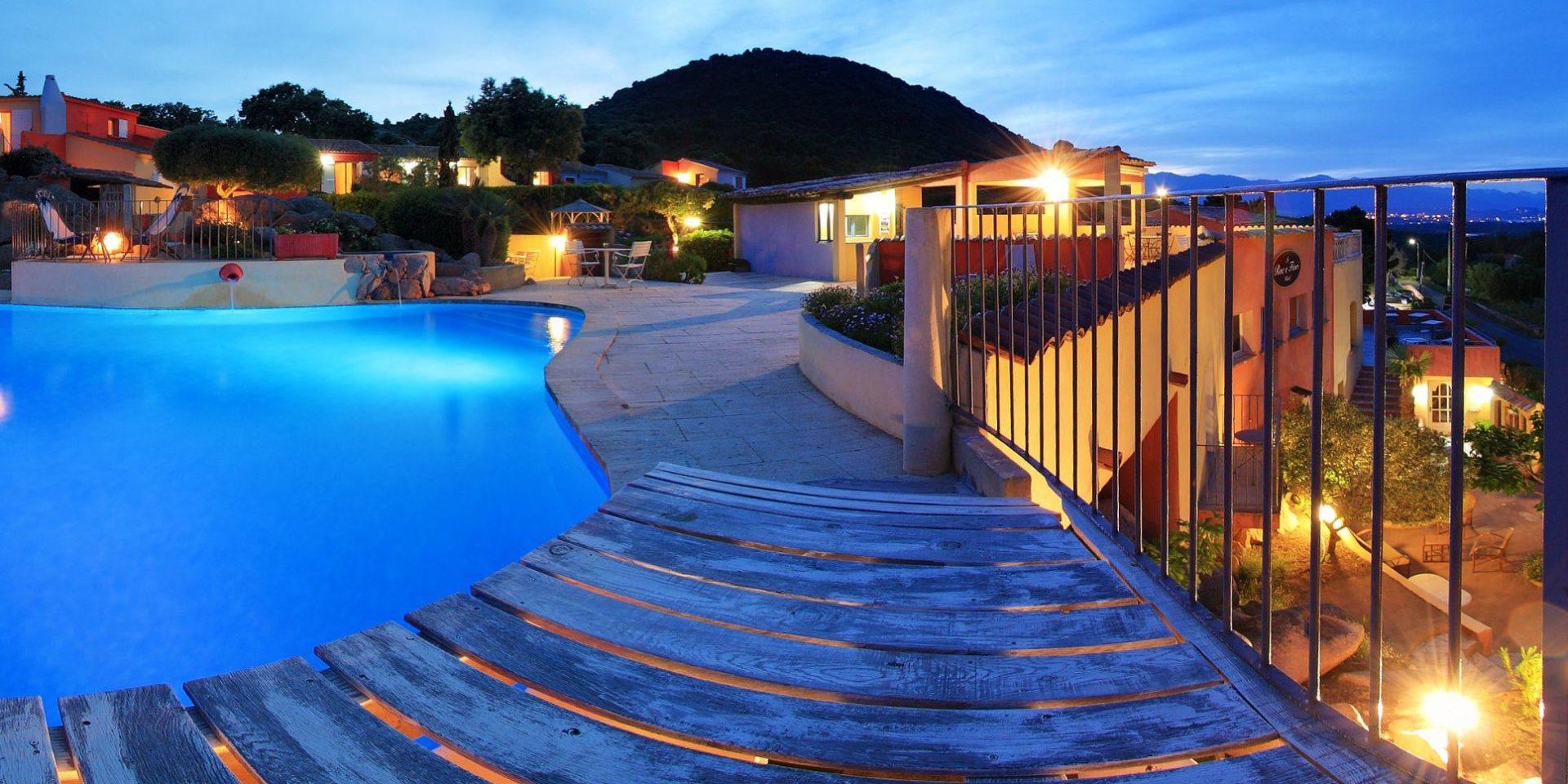 Hotel Le Roc E Fiori Porto-Vecchio Bocca del'Oro Corsica Frankrijk zwembad terras park gebouwen avond verlichting romantisch