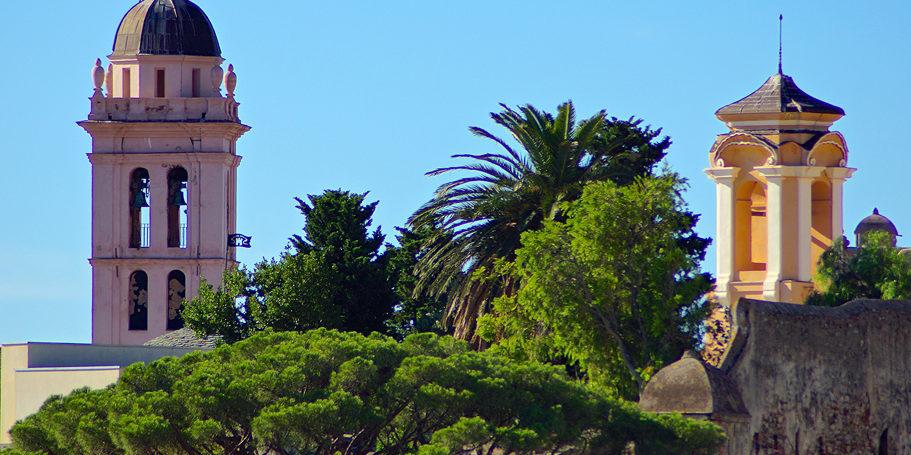 Hotel des Gouverneurs Bastia Corsica Frankrijk impressie klokkentoren kleur