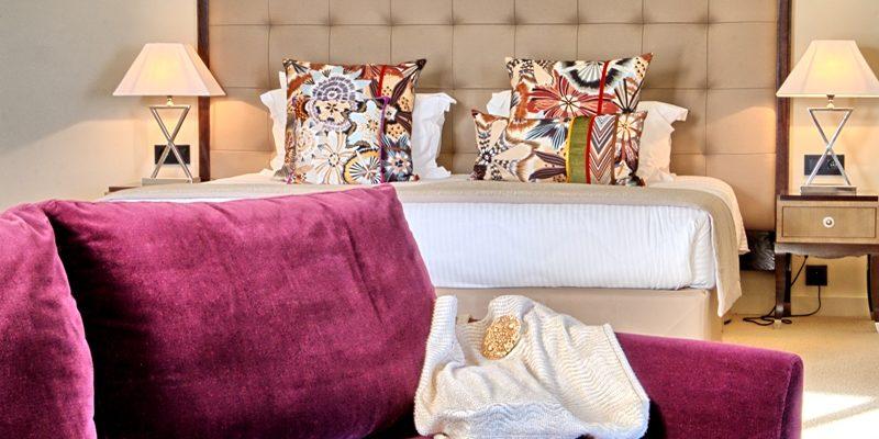 Hotel des Gouverneurs Bastia Corsica Frankrijk kamer tweepersoonsbed fauteuil detail