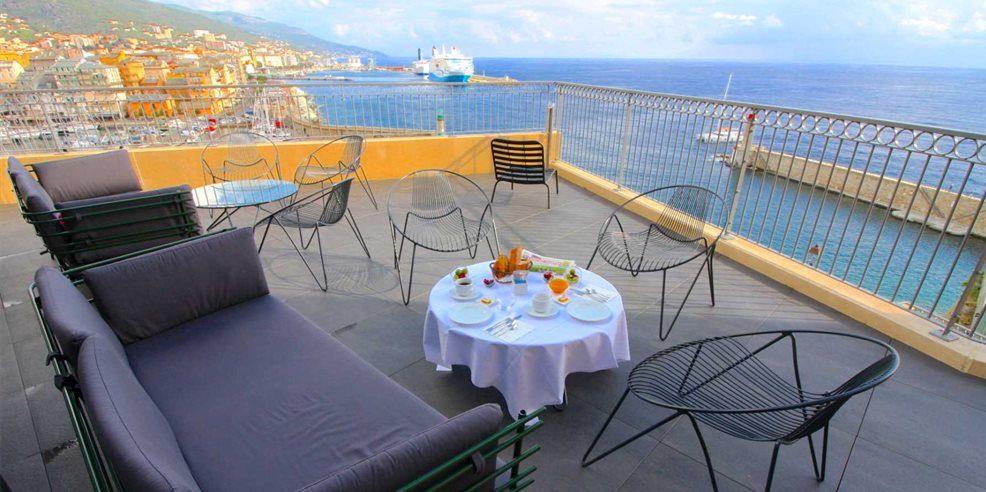 Hotel des Gouverneurs Bastia Corsica Frankrijk terras banken stoelen zeezicht