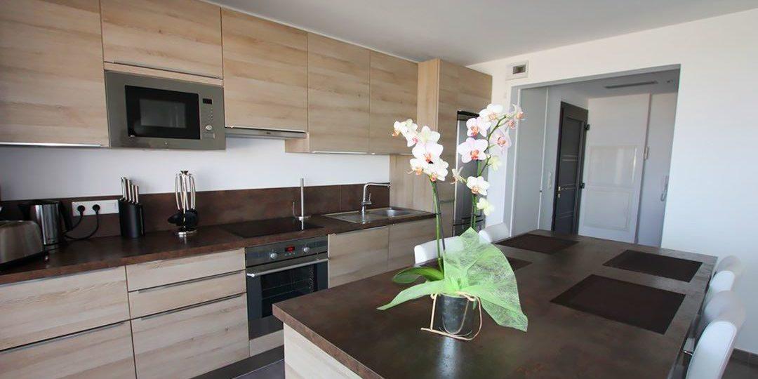 Residence Dary Ile Rousse Balagne Corsica Frankrijk appartement open keuken bar barkrukken