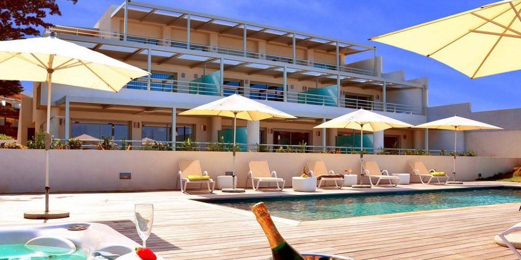 Residence Dary Ile Rousse Balagne Corsica Frankrijk zwembad terras ligbeddeb parasols façade