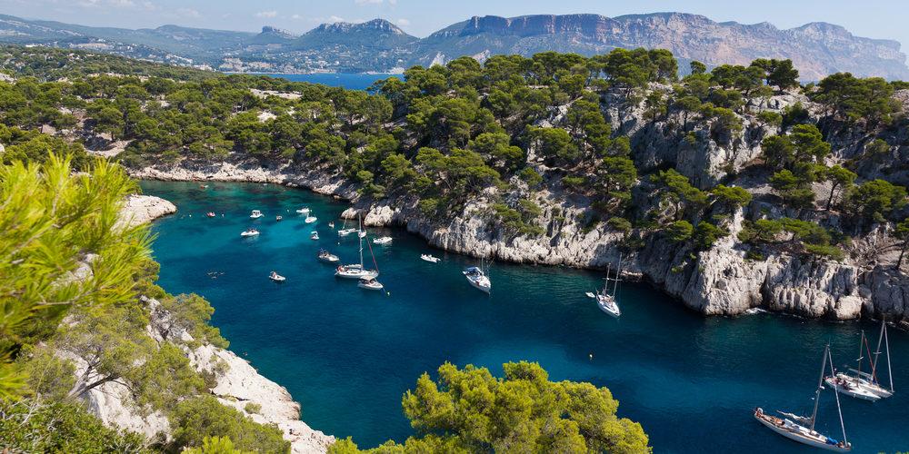 Corsica Frankrijk Europa zee kliffen rotsen boot zeiljacht
