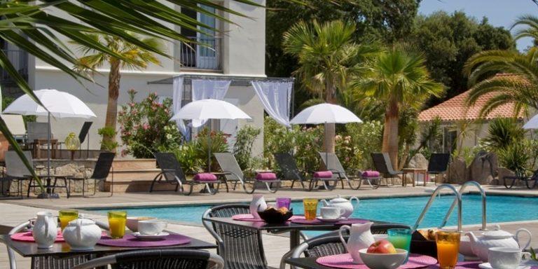 Golfe Hotel Porto-Vecchio Corsica Frankrijk zwembad terras ontbijt parasols palmbomen