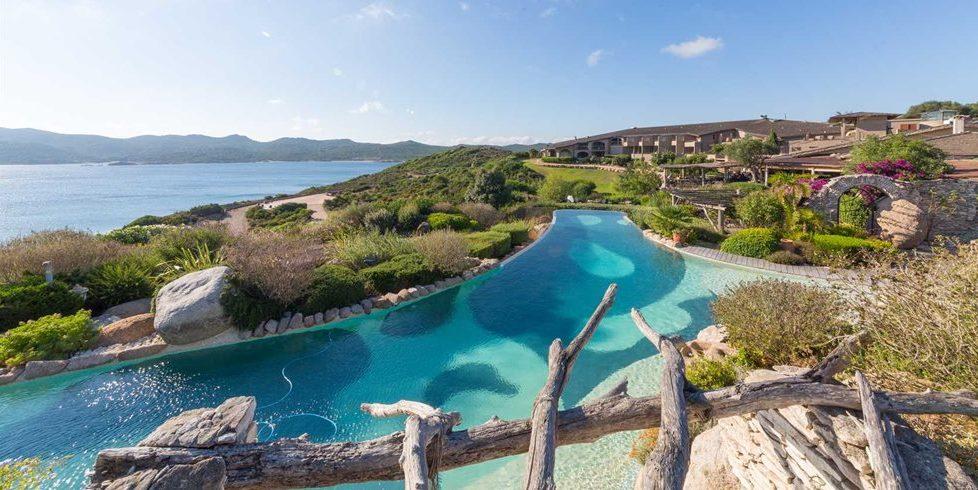 Hotel U Capu Biancu Bonifacio Corsica Frankrijk infinity-pool zee gebouw tuin terras