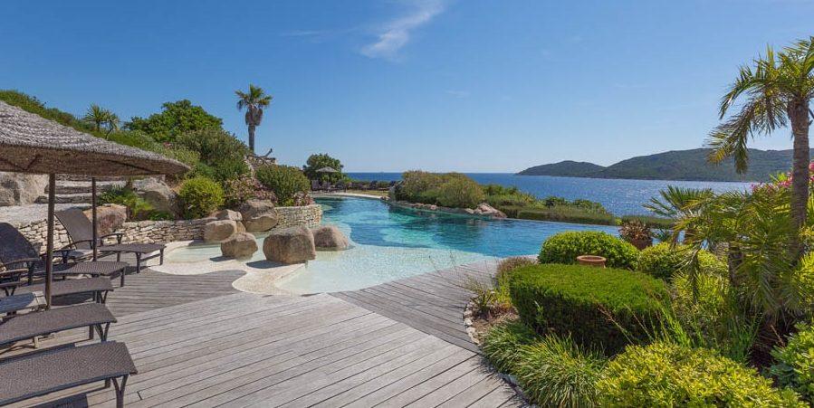 Hotel U Capu Biancu Bonifacio Corsica Frankrijk infinity-pool zee ligbedden parasols