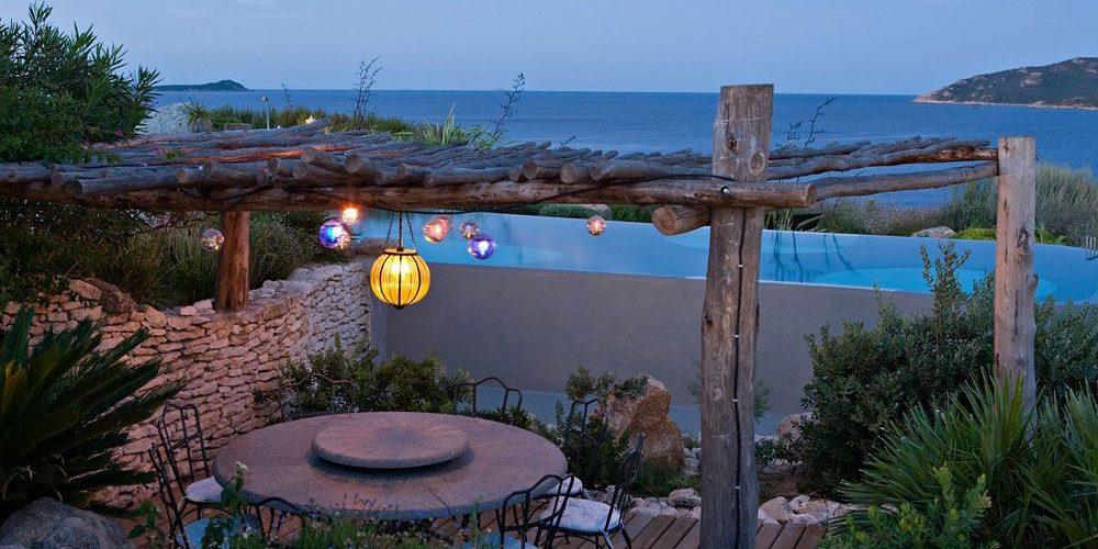 Hotel U Capu Biancu Bonifacio Corsica Frankrijk terras avond lampions lamp Venetiaans-glas