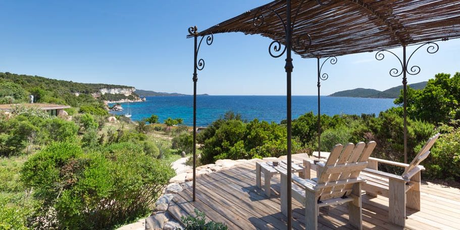 Hotel U Capu Biancu Bonifacio Corsica Frankrijk terras ligbedden zonwering