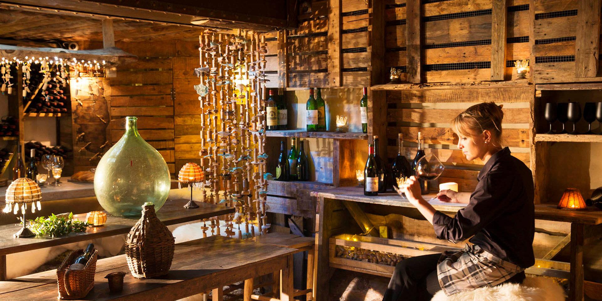 Hotel U Capu Biancu Bonifacio Corsica Frankrijk wijnbar wijn-proeven vrouw wijnglas