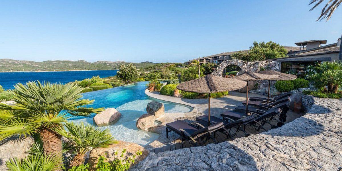 Hotel U Capu Biancu Bonifacio Corsica Frankrijk zwembad infinity-pool ligbedden sun-loungers zeezicht