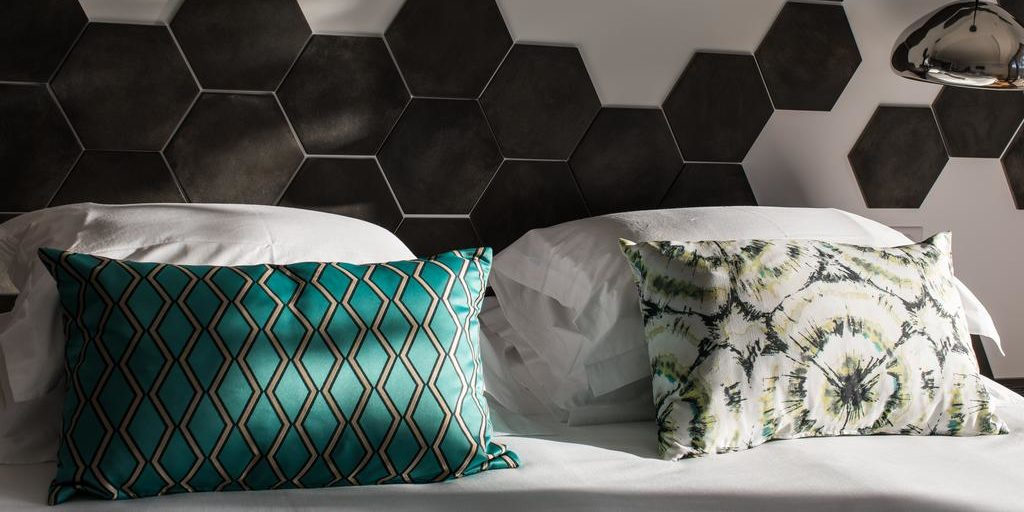 Hotel Version Maquis Citadelle Bonifacio Corsica Frankrijk slaapkamer detail kussens