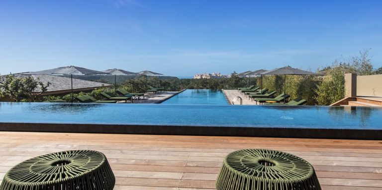 Hotel Version Maquis Citadelle Bonifacio Corsica Frankrijk terras poef zwembad citadel uitzucht infinity pool