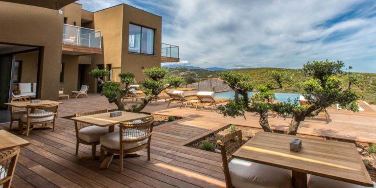 Hotel Version Maquis Santa Manza Bonifacio Corsica Frankrijk terras zwembad teakhout