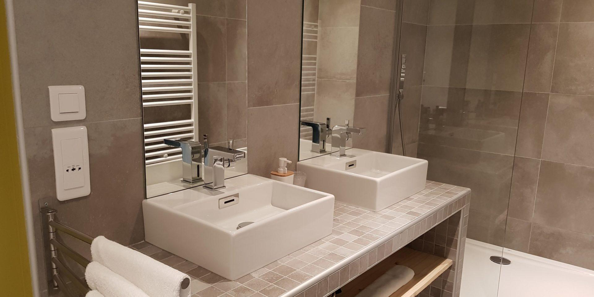 Boutique Hotel Artemisia Bastelica Corsica Frankrijk badkamer wasbakken douche