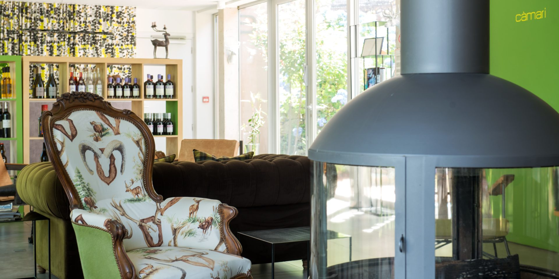 Boutique Hotel Artemisia Bastelica Corsica Frankrijk gashaard fauteuil bibliotheek lounge