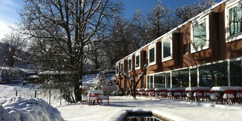 Boutique Hotel Artemisia Bastelica Corsica Frankrijk zwembad terras sneeuw zon