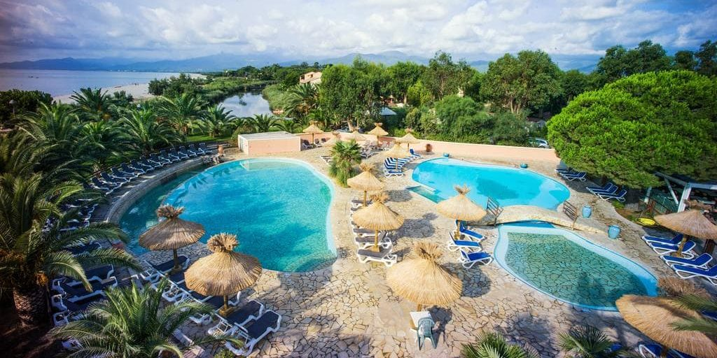 Camping Arinella Bianca Ghisonaccia Corsica Frankrijk zwembaden zwemparadijs kinderbad ligbedden parasols