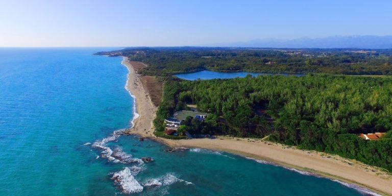 Camping Village Domaine de Bagheera Bravone Corsica Frankrijk naturisme camping vakantiepark luchtfoto terrein Plage-des-Marines strand zee