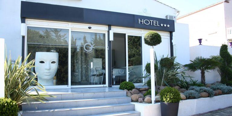Hotel Escale Cote Port Ile Rousse Corsica Frankrijk façade entree trappen