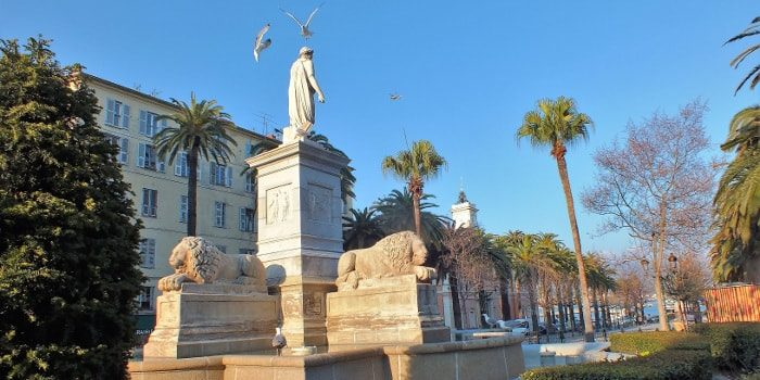 Hotel la Pinede Ajaccio Iles Sanguinaires Corsica Frankrijk Ajaccio standbeeld meeuwen