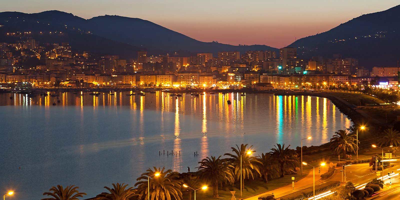 Hotel la Pinede Ajaccio Iles Sanguinaires Corsica Frankrijk Ajacio-by-night verlichting baai boulevard palmbomen