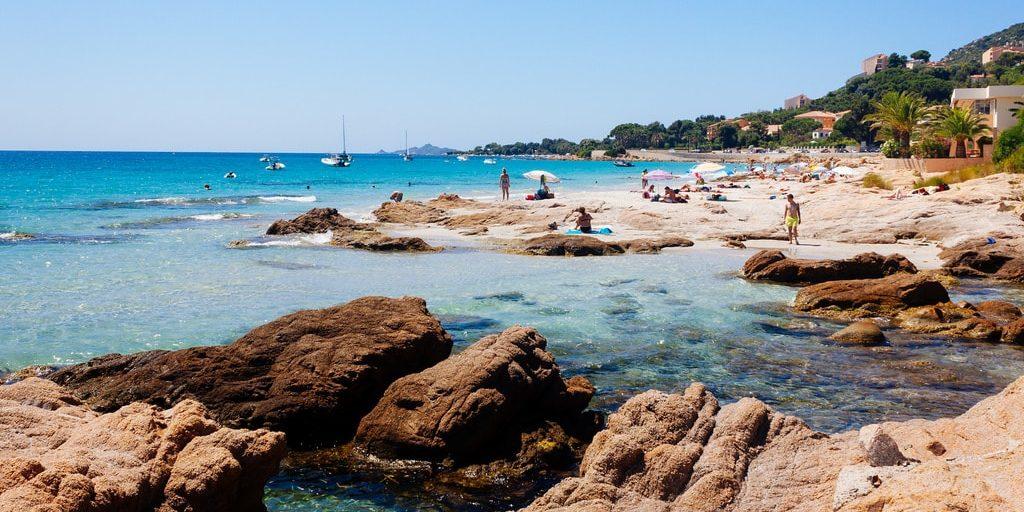 Hotel la Pinede Ajaccio Iles Sanguinaires Corsica Frankrijk Plage-de-Barbicaja zee strand rotsen mensen boten