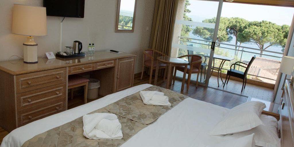 Hotel la Pinede Ajaccio Iles Sanguinaires Corsica Frankrijk kamer balkon tweepersoonsbed zeezijde