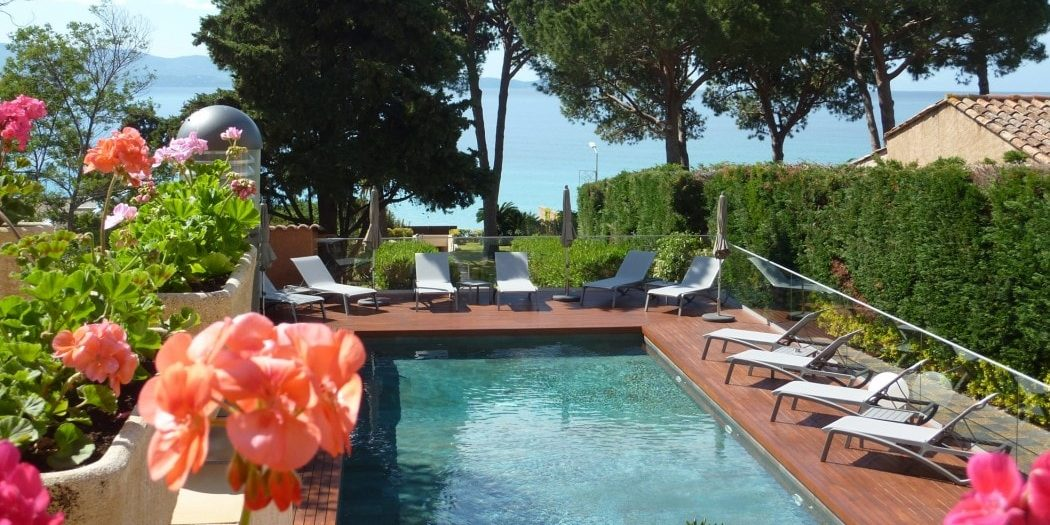 Hotel la Pinede Ajaccio Iles Sanguinaires Corsica Frankrijk zwembad bloeiende-planten zeezicht