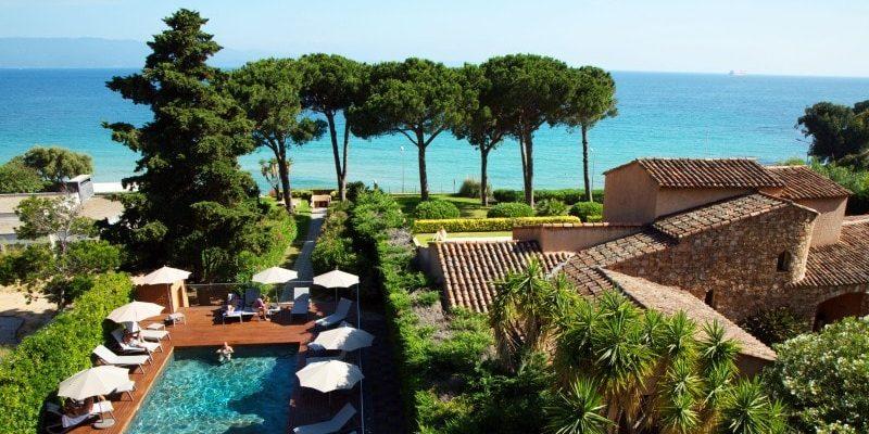 Hotel la Pinede Ajaccio Iles Sanguinaires Corsica Frankrijk zwembad ligbedden zicht-vanuit-kamer-Confort