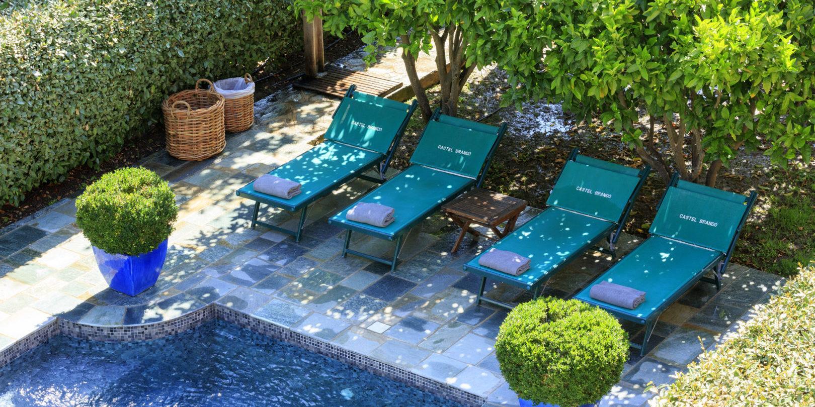 Hotel Demeure Castel Brando Erbalunga Cap Corse Corsica Frankrijk zwembad ligbedden detail tuin ontdekcorsica.nl skimaquis reisorganisatie