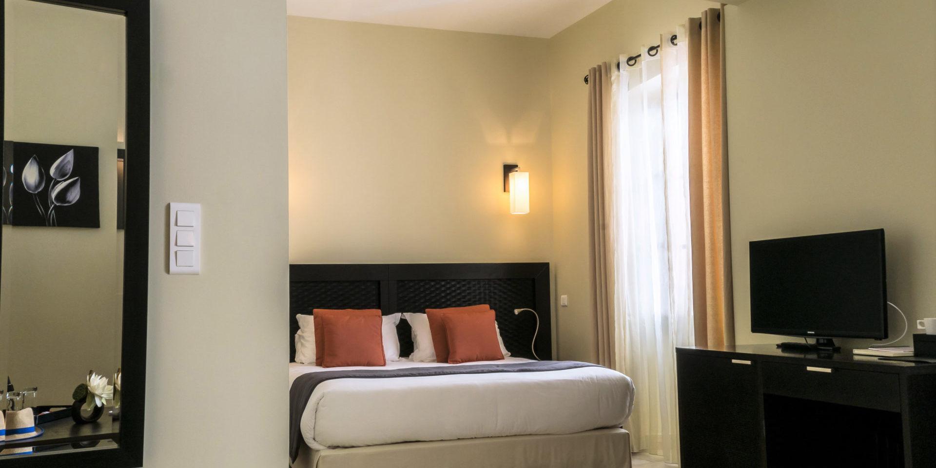 Hotel Perla Rossa Ile Rousse Corsica Frankrijk SkiMaquis OntdekCorsica junior suite tweepersoonsbed spiegel