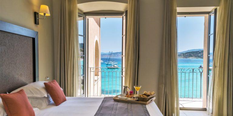 Hotel Perla Rossa Ile Rousse Corsica Frankrijk SkiMaquis OntdekCorsica kamer deluxe tweepersoonsbed balkons zeezicht ontbijt op bed