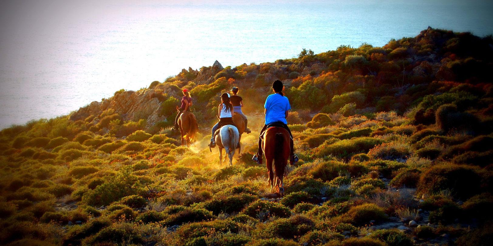 Hotel Perla Rossa Ile Rousse Corsica Frankrijk SkiMaquis OntdekCorsica paardrijden maquis paarden zonsondergang zee