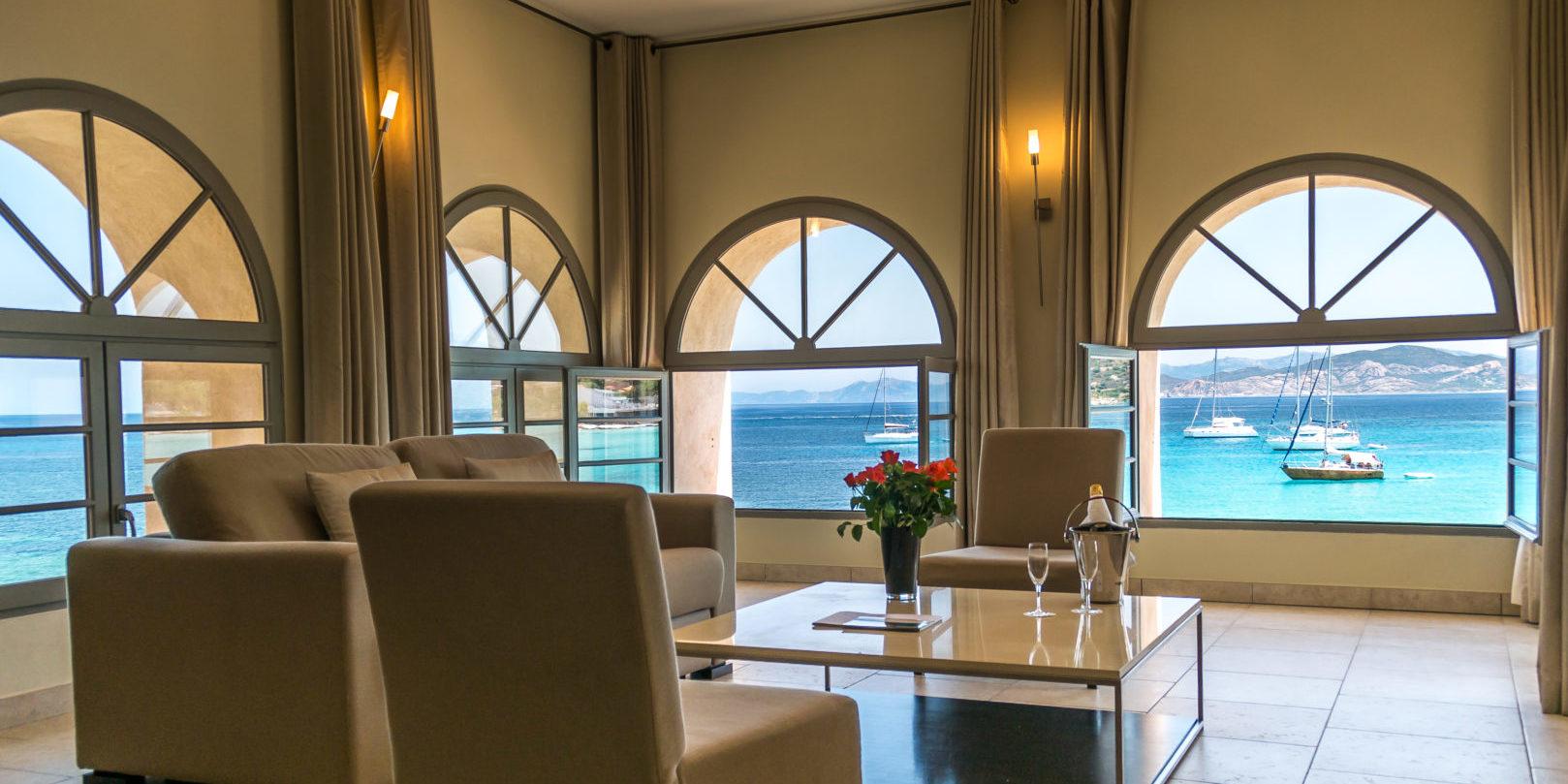 Hotel Perla Rossa Ile Rousse Corsica Frankrijk SkiMaquis OntdekCorsica salon lounge ramen zeezicht