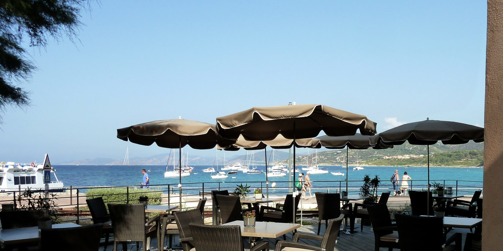 Hotel Perla Rossa Ile Rousse Corsica Frankrijk SkiMaquis OntdekCorsica terras zeezicht boten promenade boulevard
