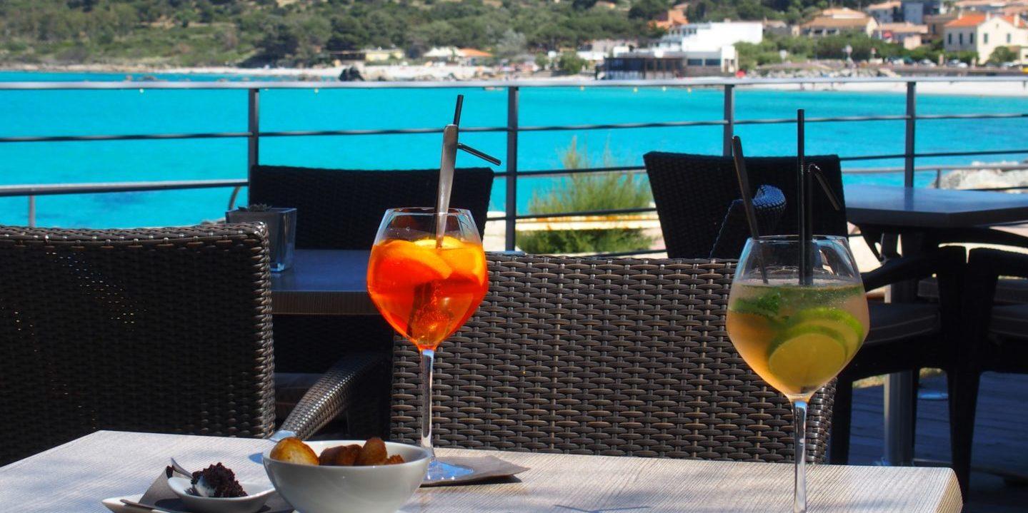Hotel Perla Rossa Ile Rousse Corsica Frankrijk SkiMaquis OntdekCorsica terras zeezicht wijn borreltijd aperitief
