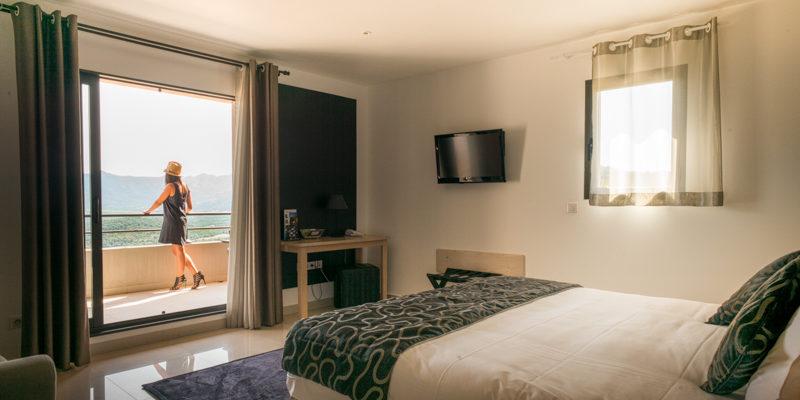 Hotel A Piattatella Monticello Balagne Corsica Frankrijk kamer balkon vrouw uitzicht-op-bergen-en-maquis