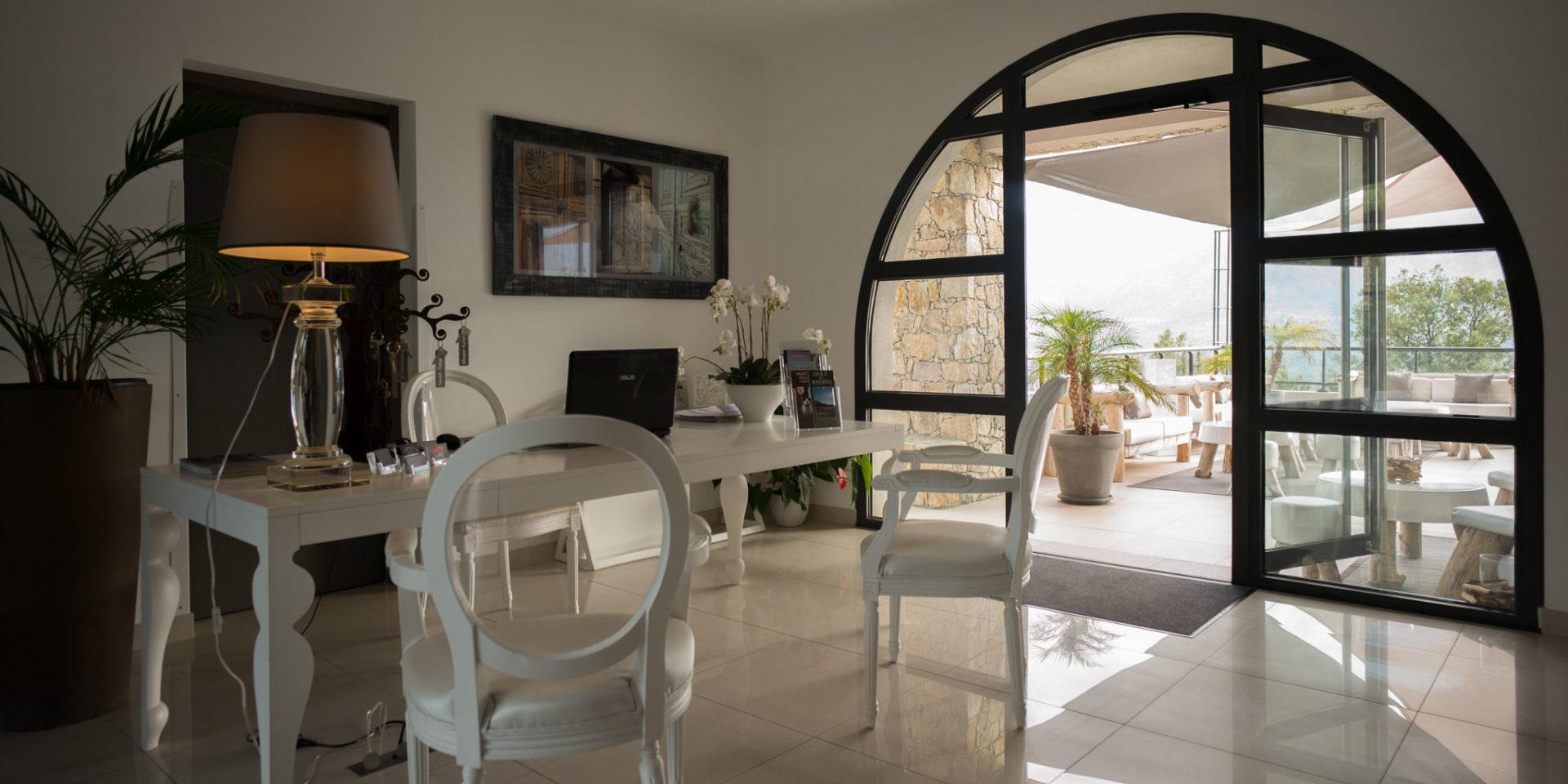 Hotel A Piattatella Monticello Balagne Corsica Frankrijk receptie openslaande-deuren terras
