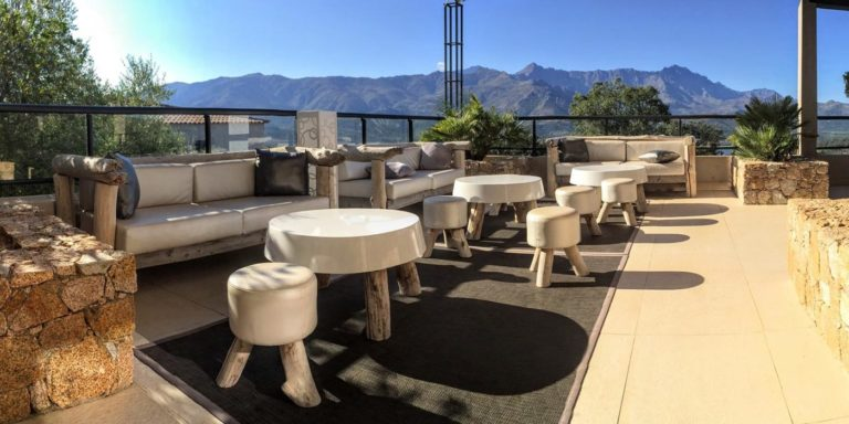 Hotel A Piattatella Monticello Balagne Corsica Frankrijk terras uitzicht zonnig loungebanken
