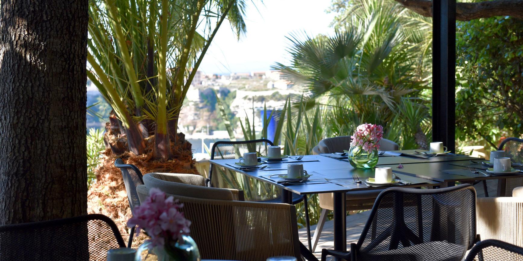 Hotel Cala di Greco Bonifacio Corsica Zuid-Corsica Frankrijk ontbijt terras tafels