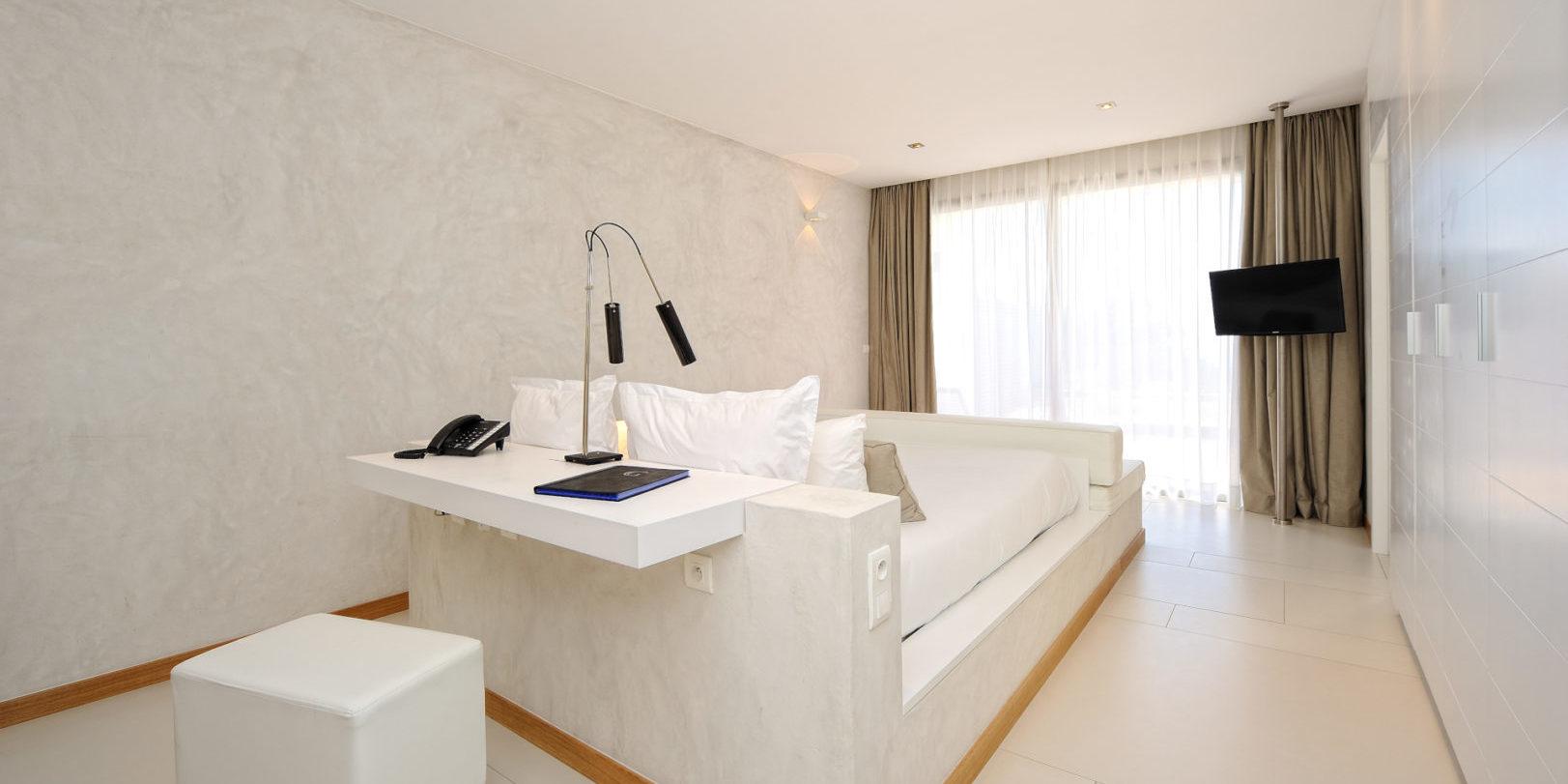 Hotel Cala di Greco Bonifacio Corsica Zuid-Corsica Frankrijk suite wit oranje stucwerk witte-muur