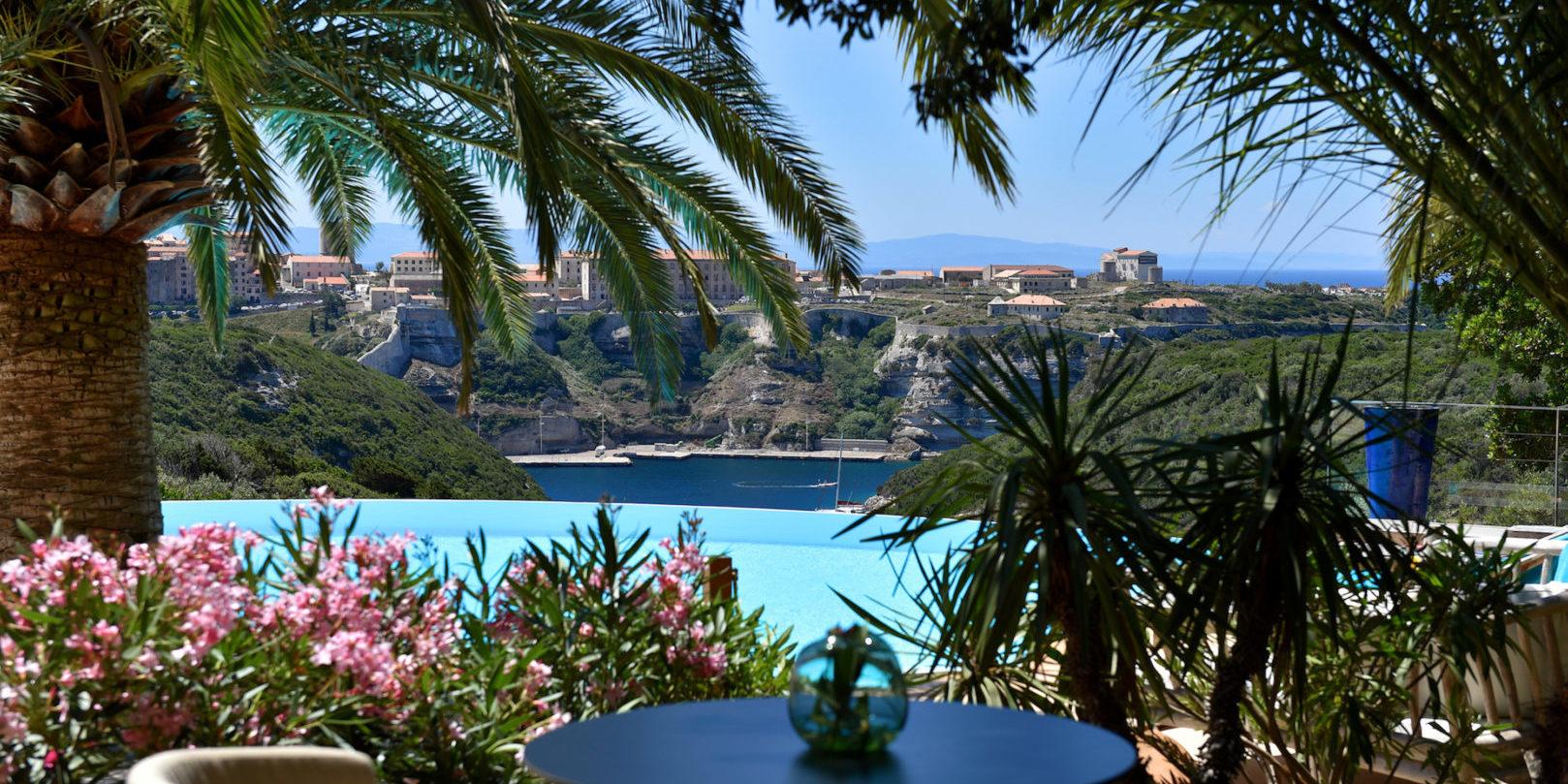 Hotel Cala di Greco Bonifacio Corsica Zuid-Corsica Frankrijk terras bar zicht-op-Bonifacio