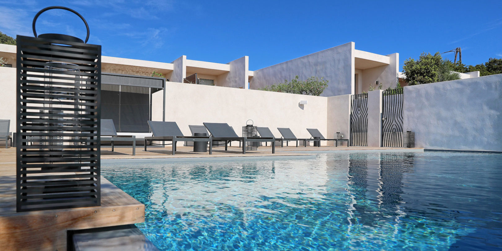 Hotel Cala di Greco Bonifacio Corsica Zuid-Corsica Frankrijk zwembad design strak ligbedden