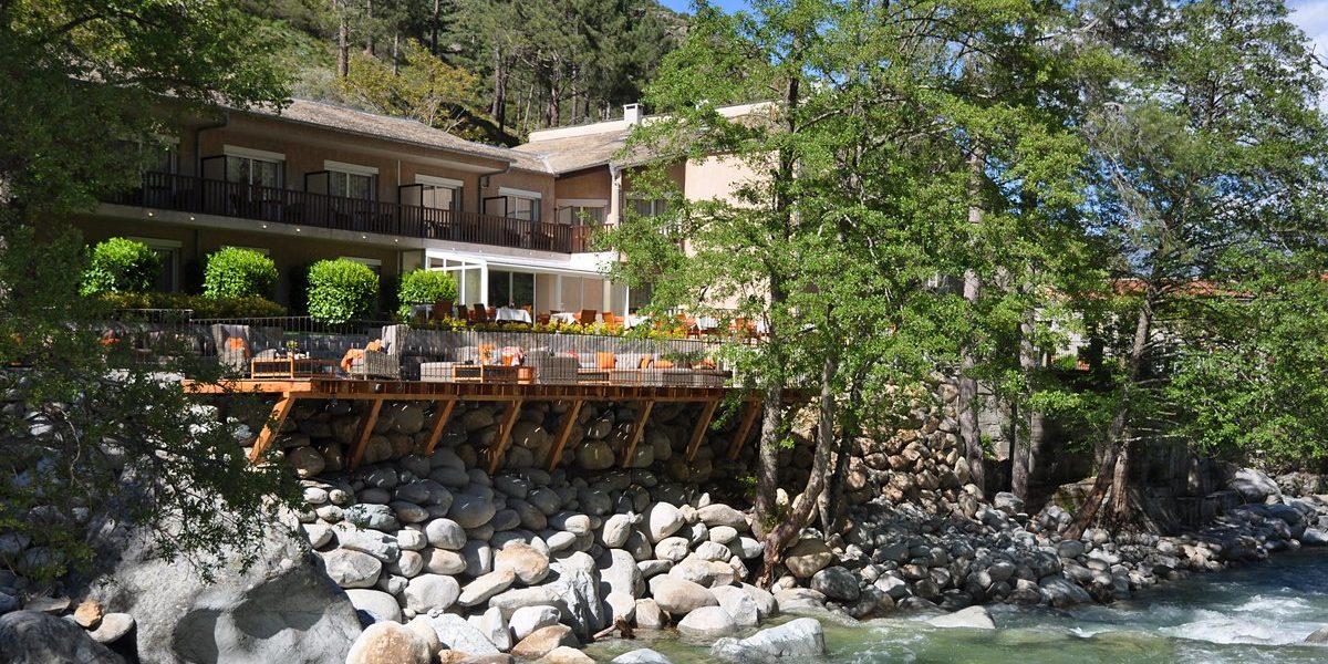 Hotel Dominique Colonna Corte Restonica binnenland Corsica Frankrijk achteraanzicht rivierzijde terras rotsblokken