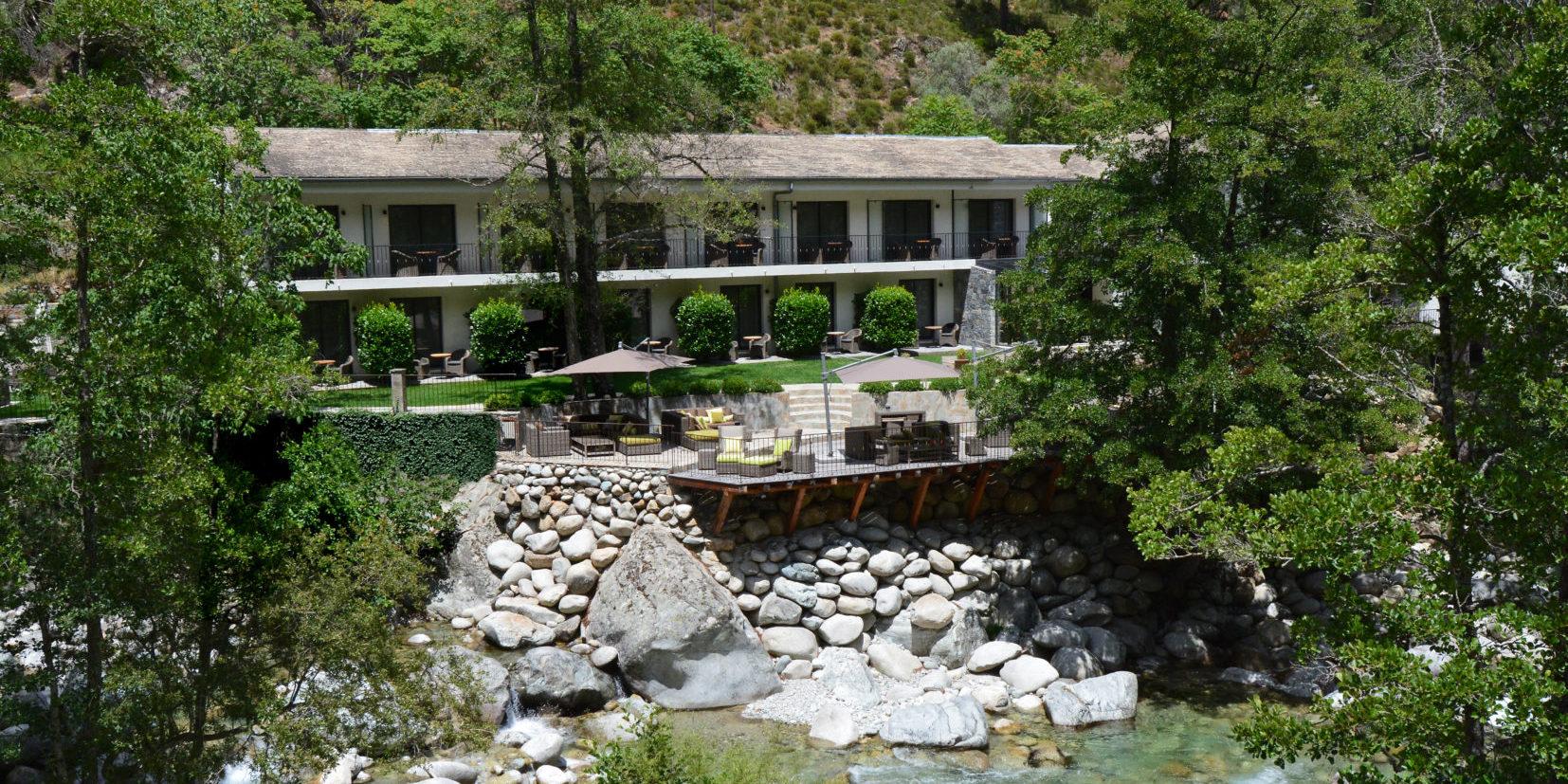 Hotel Dominique Colonna Corte Restonica binnenland Corsica Frankrijk façade rivierzijde terras